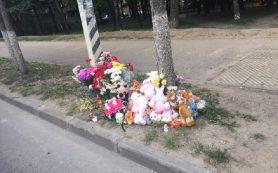 Смоляне несут цветы и игрушки на место гибели ребенка