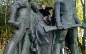 «Позор таким». В Смоленской области подростки покуражились на монументе