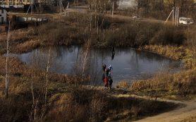 В Смоленске дети проверяют на прочность тонкий лед на озере — соцсети