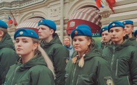 Смоленская школьница вместе с Владимиром Путиным возложила цветы к памятнику Минину и Пожарскому