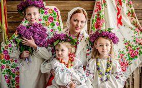 Смолянкам с детьми предлагают сфотографироваться в традиционных нарядах