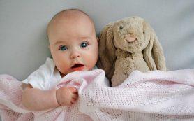 Малыш спит с открытыми глазами: нужно ли иди к врачу