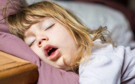 Почему ребенок храпит ночью и что с этим делать